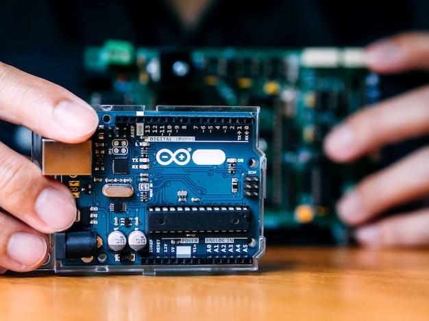Arduino contrôle l'assemblage d'éléments larges par l'homme Photo Premium
