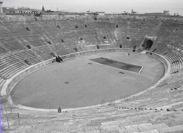Les arènes de vérone en monotone, l'amphithéâtre romain sur la place piazza bra à vérone, en italie Photo Premium