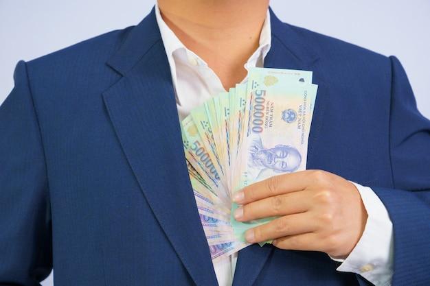 Argent au vietnam, homme d'affaires vêtu d'un costume bleu Photo Premium