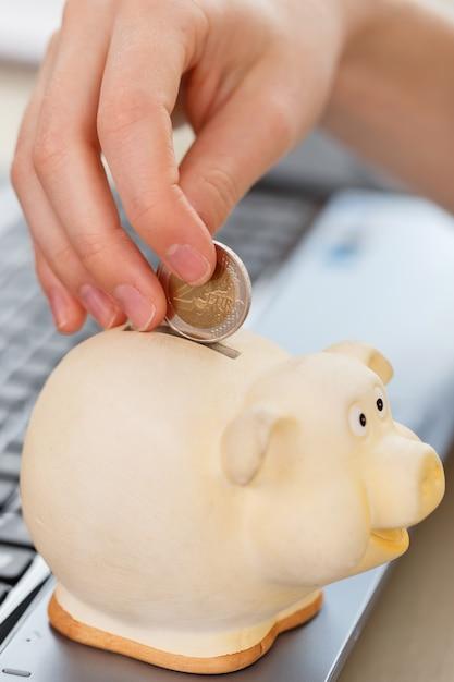 Argent, finances. femme avec cochon Photo gratuit