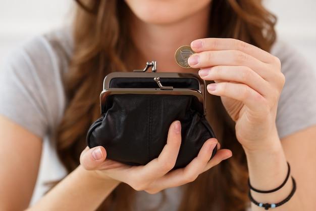 Argent, Finances. Femme Avec Portefeuille Photo gratuit