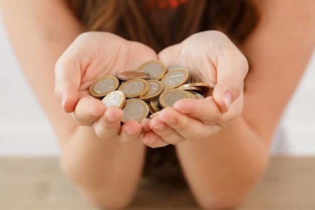 Argent, finances. femme avec tas de pièces Photo gratuit