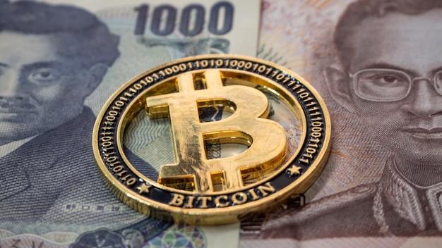 Argent thaïlandais et japonais assemblez et placez une pièce numérique bitcoin au centre. Photo Premium
