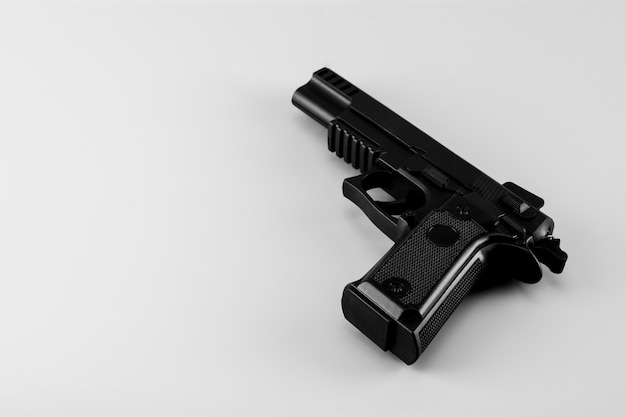 Arme à feu sur fond blanc Photo Premium