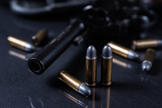 Arme à feu avec sur fond noir Photo Premium