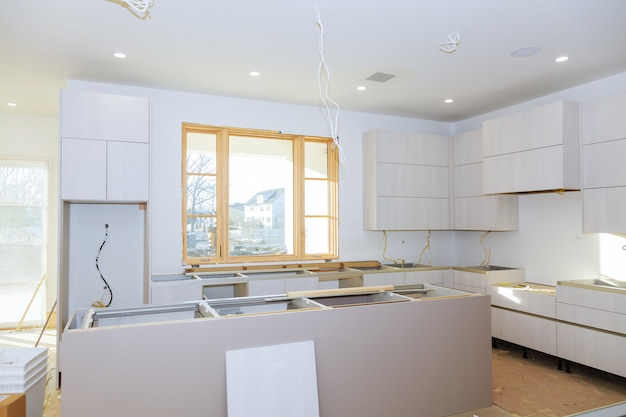 Armoire de cuisine avec tablettes en aggloméré et porte ouverte sur la charnière. Photo Premium