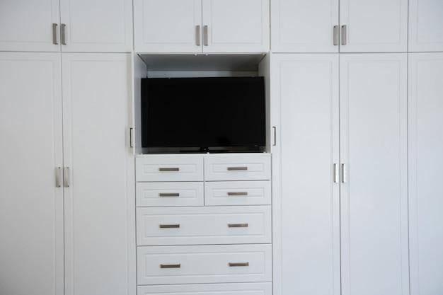 Armoire Vide Avec Télévision Dans Le Salon Photo gratuit