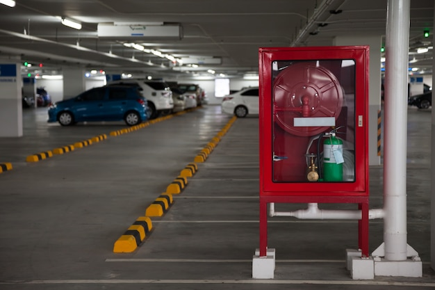 Armoires pour extincteurs dans parking Photo Premium