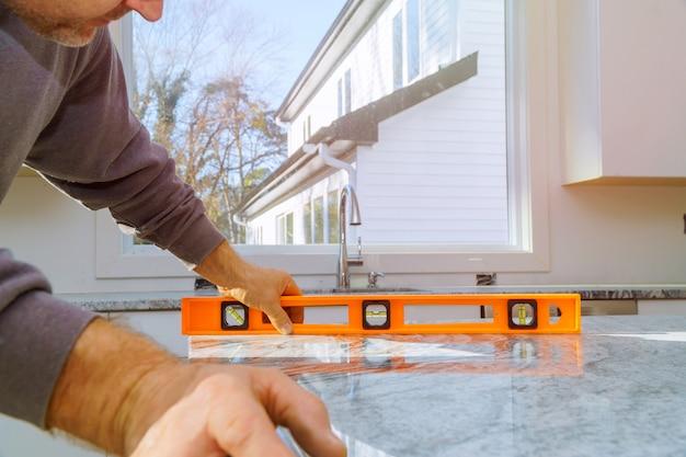 Armoires avec rénovation de comptoirs en granit et installation de granit Photo Premium