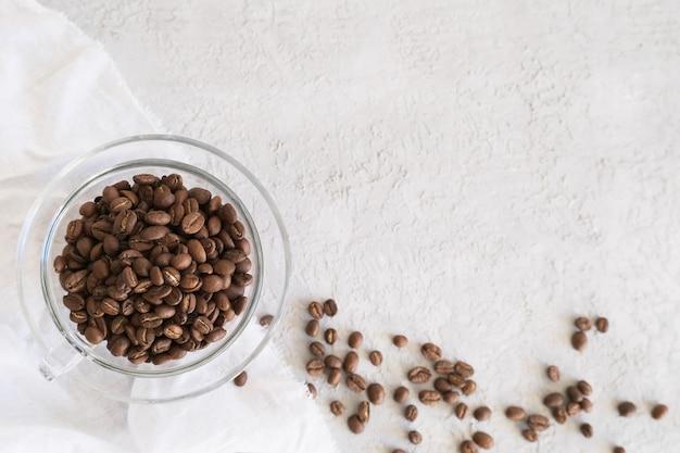 Aroma frame fot texte en verre tasse grains de café sur fond gris Photo Premium