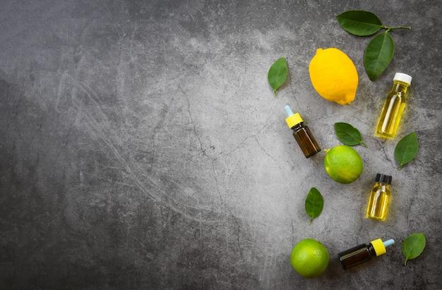 Aromathérapie aromathérapie aux huiles essentielles aromatiques avec des feuilles de citron et de lime huiles essentielles aux herbes Photo Premium