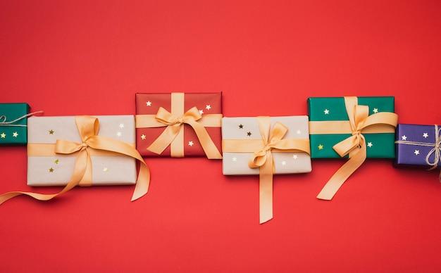 Arrangé des cadeaux de noël avec des étoiles d'or Photo gratuit