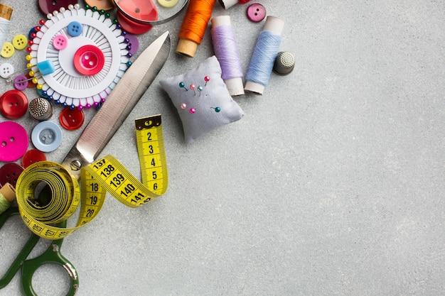 Arrangement D'accessoires Colorés Pour La Couture Vue De Dessus Photo gratuit