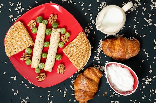 Arrangement Alimentaire Plat Laïc Sur Fond Uni Photo gratuit