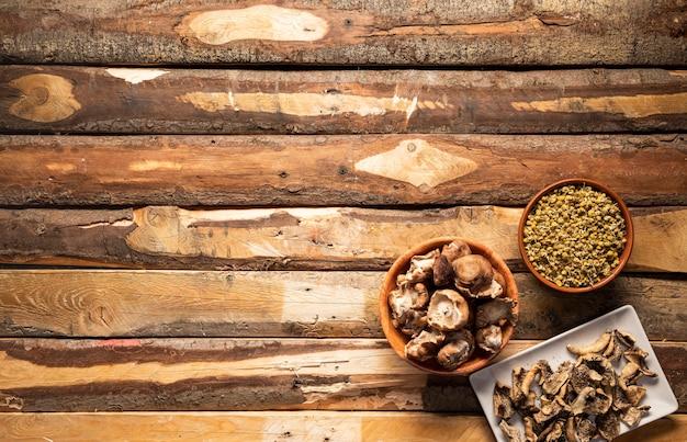 Arrangement alimentaire vue de dessus avec des champignons Photo gratuit