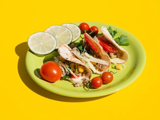 Arrangement à angle élevé avec une cuisine délicieuse sur une assiette Photo gratuit