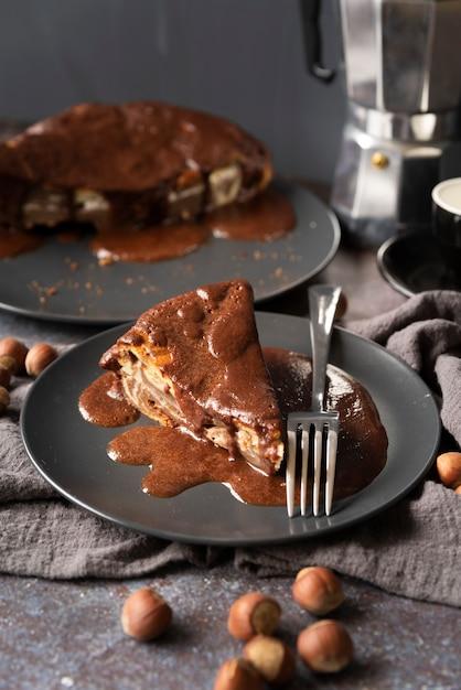 Arrangement à angle élevé avec un délicieux morceau de gâteau Photo gratuit