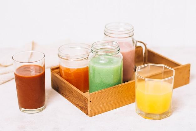 Arrangement à angle élevé de smoothies colorés Photo gratuit