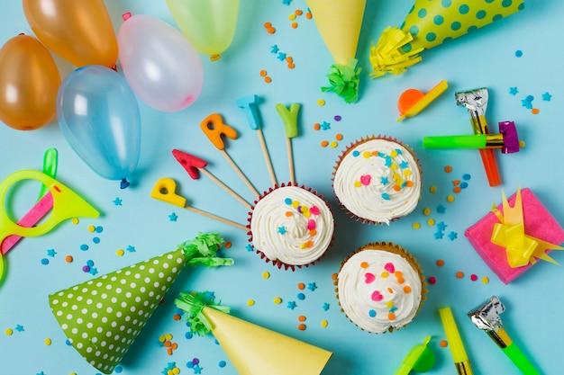 Arrangement d'anniversaire de fête vue de dessus Photo gratuit