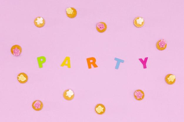 Arrangement d'anniversaire vue de dessus avec des cookies Photo gratuit