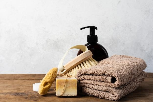 Arrangement de bain avec serviettes et brosse Photo gratuit
