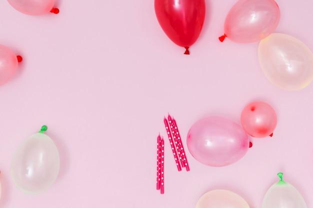 Arrangement de ballons roses sur fond rose Photo gratuit