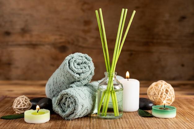 Arrangement avec bâtons et serviettes parfumés Photo gratuit