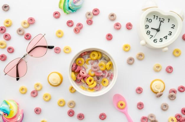 Arrangement de boucles de céréales aux fruits avec décor Photo gratuit