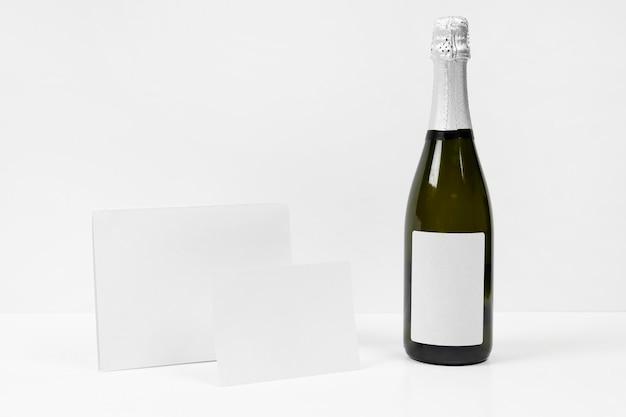 Arrangement Avec Bouteille Et Morceaux De Papier Photo gratuit