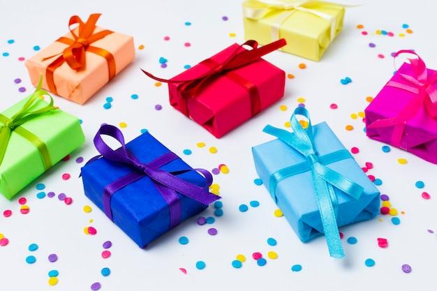 Arrangement de cadeaux de couleur arc-en-ciel haut angle Photo gratuit