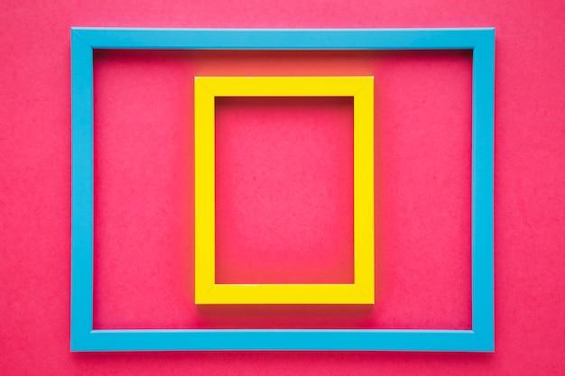 Arrangement de cadres colorés avec fond rose Photo gratuit