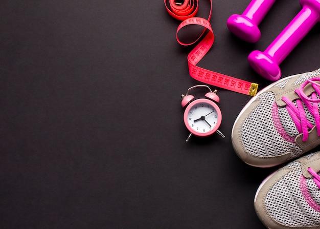 Arrangement avec des chaussures de course et une horloge Photo gratuit
