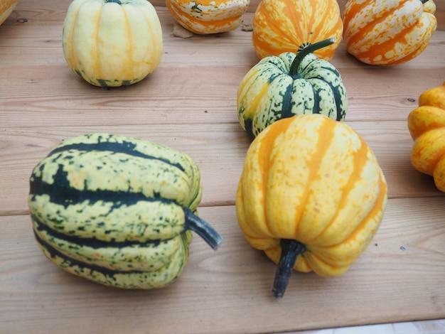 Arrangement de citrouilles à vendre, automne encore la vie avec des citrouilles sur bois Photo Premium