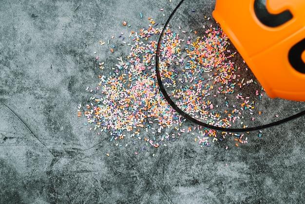 Arrangement avec confettis et panier d'halloween Photo gratuit