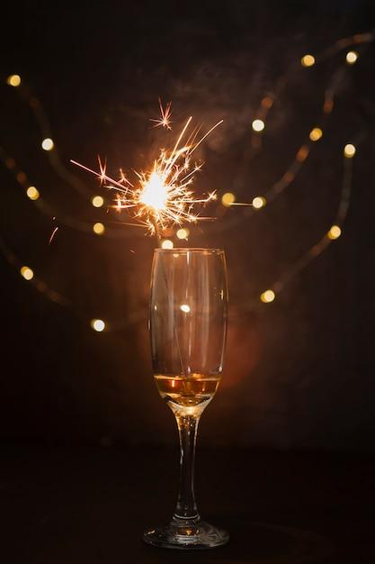 Arrangement Avec Coupe De Champagne Et Feu D'artifice Photo gratuit