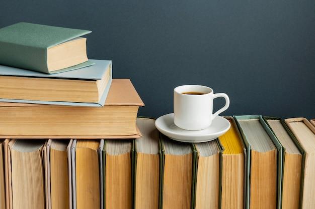 Arrangement Créatif Avec Différents Livres Et Café Photo gratuit