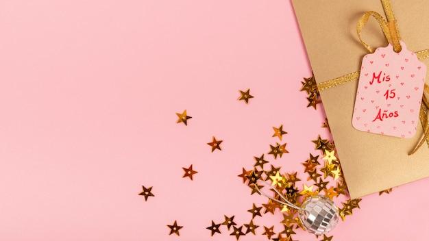 Arrangement Créatif Pour La Fête De La Quinceañera Avec Cadeau Emballé Photo gratuit