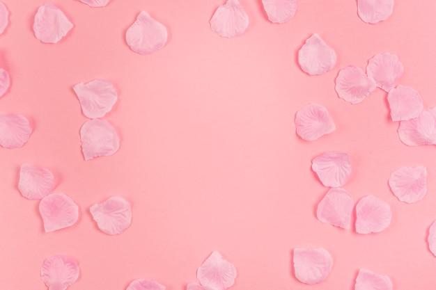 Arrangement Créatif Pour Une Fête De Quinceañera Avec Des Pétales De Rose Photo Premium