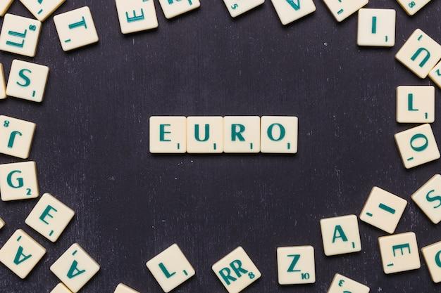 Arrangement de cubes avec texte euro sur fond noir Photo gratuit