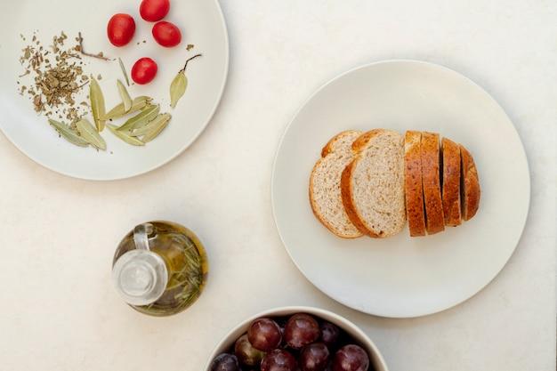 Arrangement délicieux avec du pain et de l'huile d'olive Photo gratuit