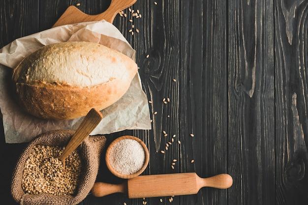 Arrangement de délicieux pain de blé sur bois Photo gratuit