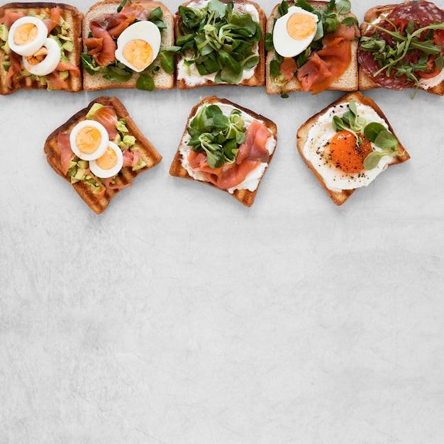 Arrangement De Délicieux Sandwichs Sur Fond Blanc Avec Espace Copie Photo Premium