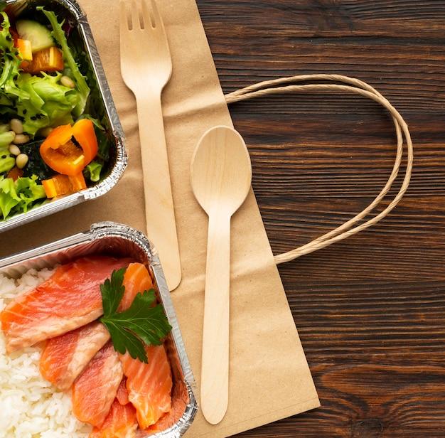 Arrangement Avec Différents Repas Sur Une Table En Bois Photo gratuit