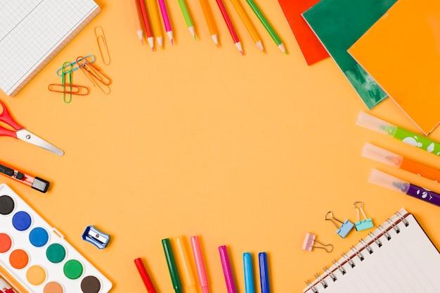 Arrangement du cadre de fournitures scolaires Photo gratuit