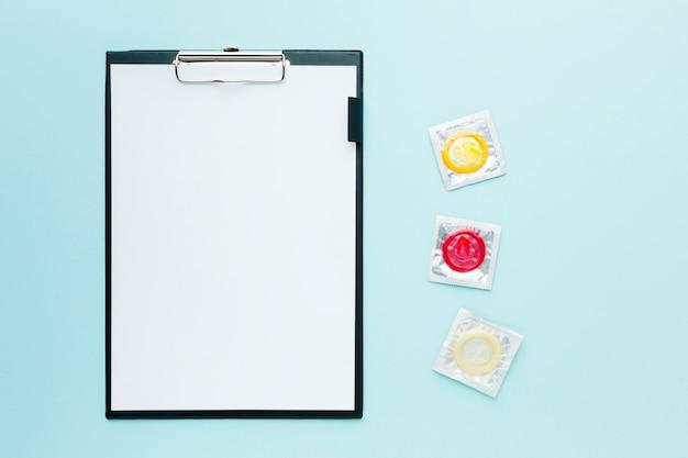 Arrangement Du Concept De Contraception Sur Fond Bleu Avec Presse-papiers Vide Photo gratuit