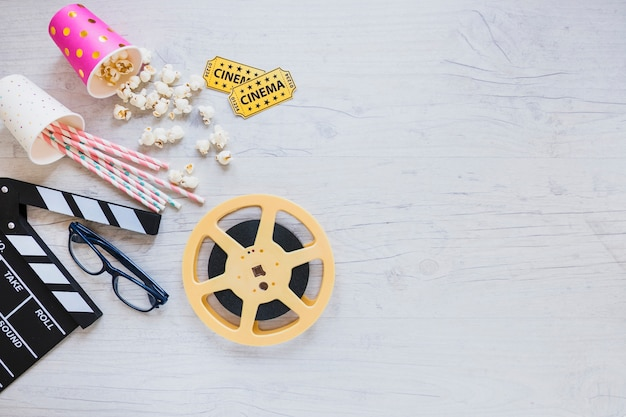 Arrangement élégant d'objets de cinéma Photo gratuit