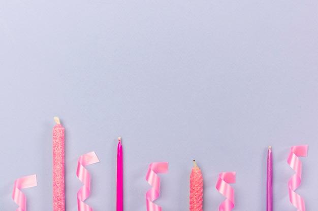 Arrangement De Fête Avec Des Bougies Et Des Rubans Photo gratuit