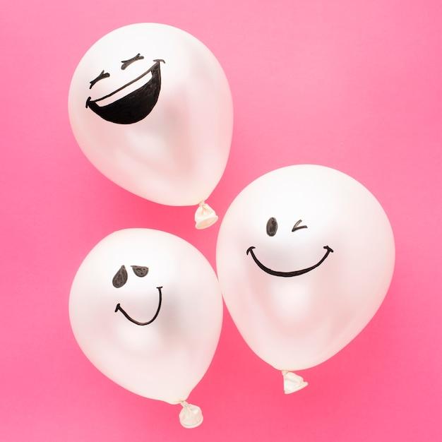 Arrangement Fête Vue De Dessus Avec Des Ballons Drôles Photo gratuit