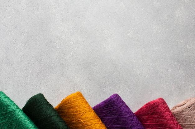 Arrangement De Fils à Coudre Multicolores Photo Premium
