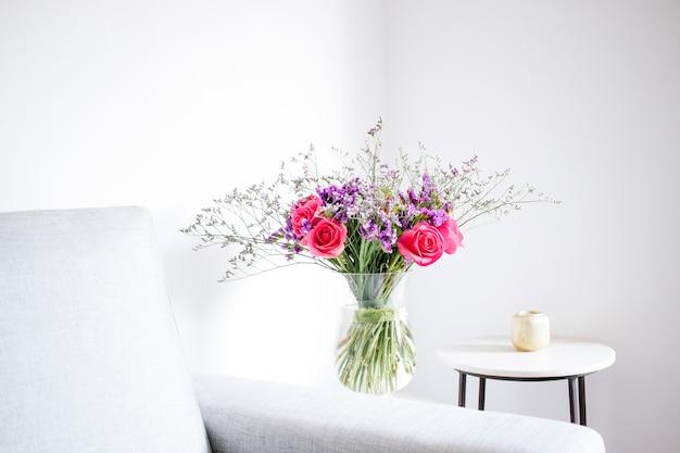 Arrangement floral de roses et de limoniums décorant le salon de la maison Photo Premium